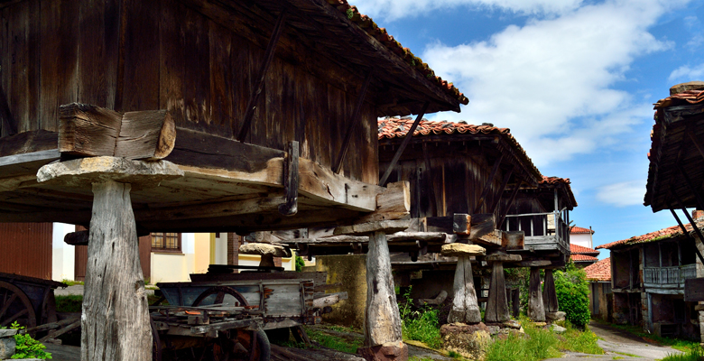 A set of raised granaries in Sietes (Villaviciosa)