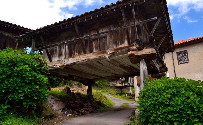 A raised granary in the middle of the road in Sietes (Villaviciosa)