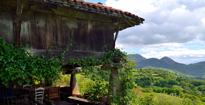 A raised granary with panoramic views in Anayo (Piloña)